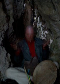 Foto: Aquí estoy meditando durante un retiro personal en una cueva en las montañas de Chiapas, México (con un rayo de luz saliendo del tercer ojo). Creer para ver, ya no ver para creer.