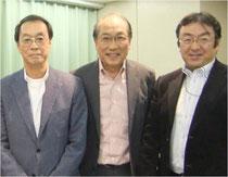 ※2013年11月25日神保町にて。中央が創薬ベンチャー・アリジェン製薬代表の所さん。左は所さんのいとこの著名な版画家・原田維夫さん。右がわたし。 じつは原田さんも「東京オリンピック1964デザインプロジェクト」に参加し、世界にイノベーションを巻きおこしたピクトグラムの開発にたずさわったスゴイ芸術家さんである。