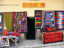 Des tapis de couleur exposés à l'entrée d'un magasin au Pérou