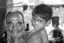 Portrait d'un grand père et de son petit fils