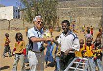 Klaus Blessing in einer Schule in Eritrea