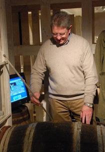 Walter Michielsen demonstreert  accijnsgebonden meettechnieken