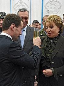 Через два месяца Дмитрий Медведев наконец сможет поднять бокал за нового губернатора Петербурга Фото: Александр Миридонов, Коммерсантъ