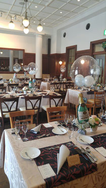 格式高いレストランでのウエディングにふさわしいゲストテーブルの卓上バルーン