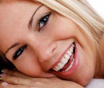 Attraktiv mit schönen weißen Zähnen