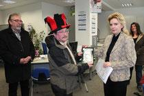 Frau Lohse von der FP überreicht Udo Barig die Plakette für den 1.Platz