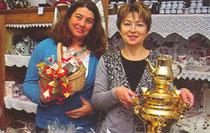Larissa Scholtysik (mit Samowar) und Monika Jenzen sorgen in Utes Teeladen für gemütliche, vorweihnachtliche Stimmung.