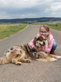 Helene, meine kleine Hundeflüsterin, mit Aiden. Juni 2020