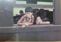 兄と私、後ろに母。北陸線敦賀駅にて海水浴の帰りに