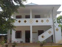 Eliya´s Bungalow (Krankenstation + Bibliothek im Erdgeschoß + Unterkunft für weibliche Mitarbeiterinnen im Ersten Stock)