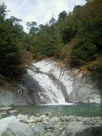 魚留ノ滝を登るTさん