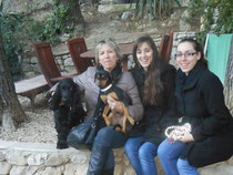 Tara con sus nueva familia.
