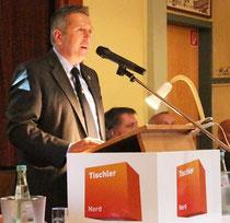 Timo Gerke, Schornsteinfegermeister und Bürgermeister der Gemeinde Hollern-Twielenfleth, hielt eindrucksvoll die Festrede zur Freisprechung der Tischler 2013. Foto: Die Medienfrau