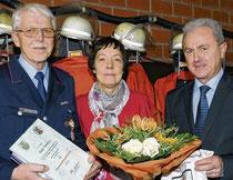 Zum Ehrenortsbrandmeister ernannte Samtgemeindebürgermeister Martin Brinkmann (rechts) den Merzener Feuerwehrchef Hugo Thünker (hier mit Ehefrau Gabi). Thünker leitete die Feuerwehr seit 1984. Fotos: Christian Geers