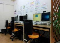 パソコンITステーション津久井教室内の受講用のデスク