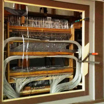 Blick auf die neu verlegten Rohre vom Spieltisch in die Orgel