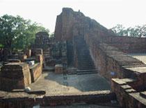 「古代インドの仏教大学址・ナ―ランダの大ストーパ」舎利弗の生地に現在も壮大なナ―ランダ大学址が遺されている。5世紀に創建され玄奘三蔵が滞在した7世紀には1万人の学僧がここに住んでいたと言われる。11の僧院址と14の寺院址がある。