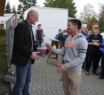 Sponsor Stefan Tilsch bei der Pokalübergabe an Jom Hartenstein