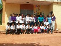 Mariana con alumnos, docentes y personal de maestranza de la escuela