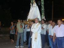 Procesión conducida por el padre Roberto Queirolo