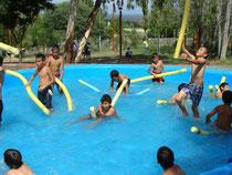 Niños con flotadores
