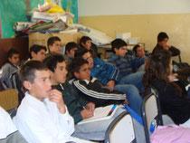 Alumnos observando el film