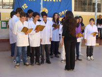 Alumnos interpretan el himno de La Rioja