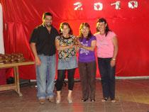 Diputado provincial entregando un premio al Grupo de Mujeres de San Antonio