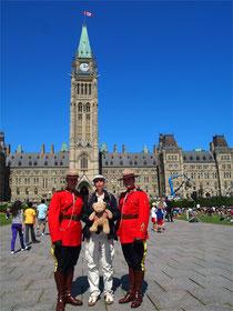 Kasimir mit Offizieren der Roayl Canadian Mounted Police, auch Mounties genannt