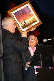 D. José Andres Sánchez-manjavacas hace entrega de un cuadro de D. Miguel Quintanar a D. Abel Moreno.