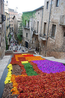 Calles adornadas de flores en Girona