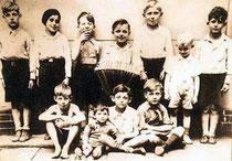 Hans und Gert Rosenthal (untere Bildhälfte i. d. Mitte) mit anderen Kindern aus dem Winskiez