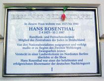 Berliner Gedenktafel am Hause Winsstr. 63 - Anwohner erinnern mit Blumen an Hans Rosenthals Geburtstag. ( © Christian Robbe)