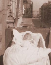 Michael Daugs im Kinderwagen auf dem Balkon in der Immanuelkirchstr. 7 (© privat)