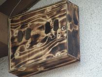 Holzweinkiste umgebaut für Halbhöhlenrüter (Aufgehängt 11.4.2009)
