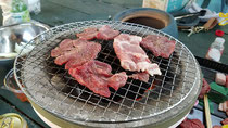 美味しそうに七輪で焼けている焼肉、BBQ