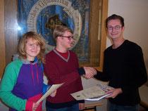 Landessieger Katharina Wolfrum (v.l.n.r) und Raoul Stirkat erhalten die Glückwünsche ihres Geschichtslehrers Christian Tischner.