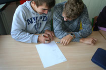 Probewahl: Schüler füllen einen Simmzettel aus. Foto: Maximilian Eckhardt