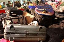 Was packen Wahlhelfer wohl alles in ihre Koffer?