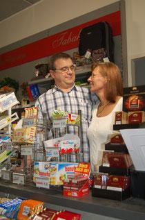 Das Ehepaar Meyer lebt von dem, was sie in ihrem Kiosk an die Pendler verkaufen. Foto: Daniel Weber