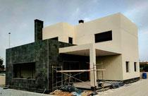 Construcción de vivienda unifamiliar en Elche donde combina a la perfección el recubrimiento de monocapa blanco, con el revestimiento cerámico negro pizarra.