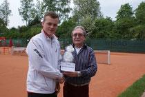 Konstantin Heib konnte den Siegerpreis aus den Händen von Schirmherr und Clubwirt Klaus Weyand in Empfang nehmen.