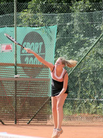 Mit solch kraftvollen Aufschlägen sicherte sich die Rot-Weisse Julia Thomé den Sieg bei den Juniorinnen U21.