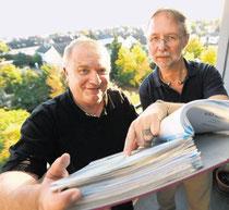 Durch Aktenberge wühlen gehört manchmal auch zu den Aufgaben von Erik Bogorinski (links) und Olaf Schuster, beispielsweise wenn ihr Verein hilfesuchende Menschen bei Behördengängen unterstützt. Foto: Andre Hirtz