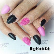 Matte roze/zwarte almond shape met 1 suger nagel