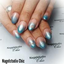 Blauwe glitter fade nagels met leuke kleine hartjes die uit de gel zijn gehaald