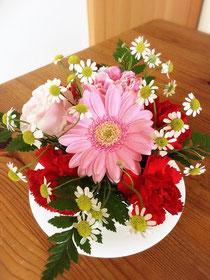 いただいた花と家にあった花でティーカップにアレンジしました。