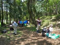 木漏れ日に集まる人たち
