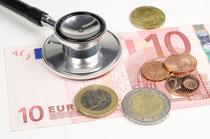 Geld und Stethoskop