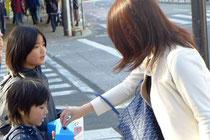 小さな子どもも募金を手伝ってくれました。